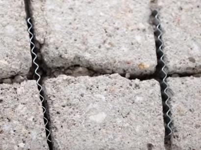 Ocelové spony na sanaci trhlin