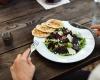 Základy stolování: Pivo, mobil ani lokty na stůl nepatří